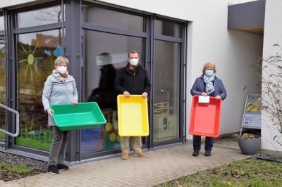 v.l. Frau Beate Lüders (Zukunft MITEINANDER), Bürgermeister Möller und Leiterin Annett Kunath bei der Spendenübergabe