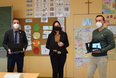 Über 19 neue Laptops für Lehrer freuen sich (von links) Bürgermeister Oliver Schulze, Konrektorin Julia Venohr und Lehrer Florian Riegel.