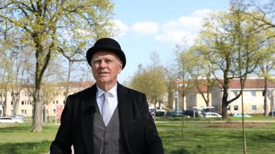 Burkhard Genth als Karl Singer lädt zu einem Stadtrundgang I Foto: Torsten Poster (Prignitzer Medien)