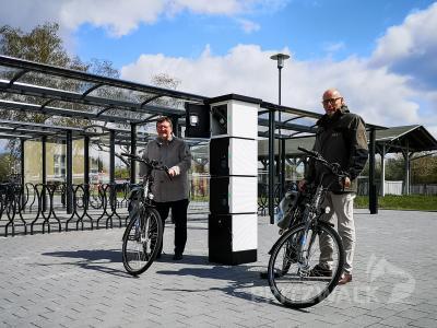 Halldor Lugowski und Dr. Ronald Thiel probieren die neue Ladesäule für E-Bikes am Bahnhof aus. Foto: Beate Vogel