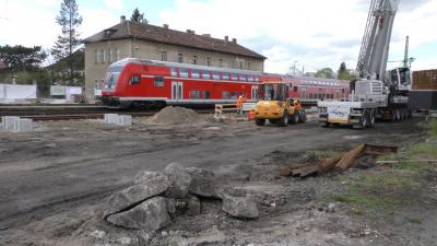 Foto zur Meldung: Fundamente für Personenüberführung am Bahnhof Lauchhammer gesetzt