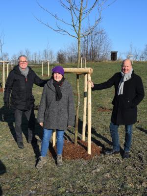Dieter Dahmen und Sylvia Knecht von der SDW Rhein-Erft mit Frank Rock, Landrat des Rhein-Erft-Kreises
