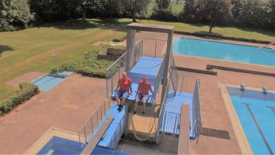 Eike Stührwoldt und Janosch Lecke freuen sich auf die Öffnung des Freibades