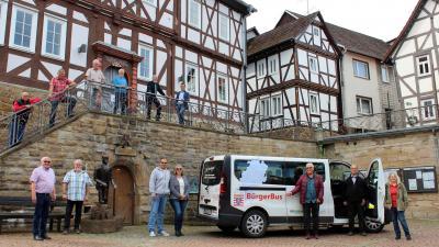 Mit tatkräftiger ehrenamtlicher Unterstützung - der Bürgerbus der Stadt Sontra leistet mit den Fahrten zum Eschweger Impfzentrum einen wichtigen Beitrag zur Bekämpfung der Corona-Pandemie.