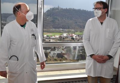 Dr. Martin Leisin (links) und Oliver Kramer sind Schmerztherapeuten in Marsberg und Westheim. Sie setzen auf eine multimodale Schmerztherapie, die die Beschwerden des Patienten von vielen verschiedenen Seiten angeht.