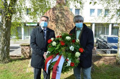 Bürgermeister Dr. Oliver Hermann (l) und Karsten Korup, Vorsitzender der Stadtverordnetenversammlung legten anlässlich des Tages der Befreiung auf dem Ehrenfriedhof am Rathaus einen Kranz nieder I Foto: Martin Ferch