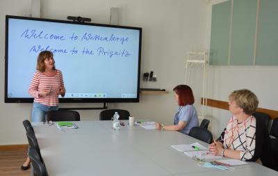 Marita Fritsch (I)  beim wöchentlichen Englisch-Unterricht mit Sylvia Kieke (m) und Frauke-Spiller-Witt I Foto: Martin Ferch