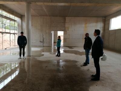 Foto zur Meldung: Bürgermeister Jan Fischer und Wolfgang Glotzbach besichtigen Rohbau des Sportkindergarten-Anbaus