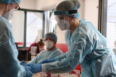 Foto zur Meldung: Unsere Testzentrums-Crew bei der Arbeit