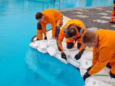 10 Tonnen Salz fanden den Weg in die Becken des Freizeitbades Grasleben (Bild: Samtgemeinde Grasleben)