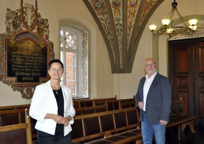 Fotograf Ellmenreich | Bürgermeisterin Annett Jura und Vorsitzender der Stadtverordnetenversammlung Rainer Pickert im Großen Sitzungssaal des Perlebeger Rathauses