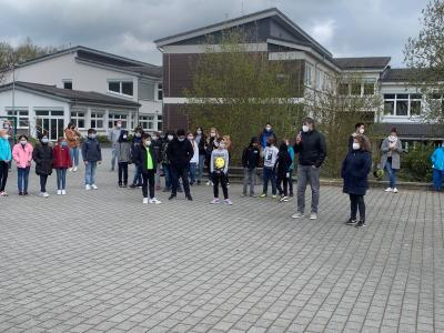 Foto zur Meldung: Sportunterricht mal anders – Schüler sammeln Müll