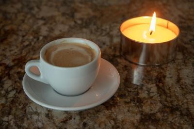 Kaffeetasse und Kerze