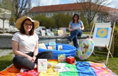 Carolin Renkewitz (r) und Johanna Gumz laden zum Mediensommer in der Stadtbibliothek I Foto: Martin Ferch