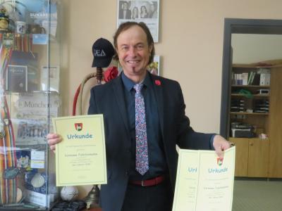 Bürgermeister Bernhard Uhl mit den Urkunden für die Sportler