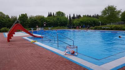 Das Freibad ist  von montags bis freitags von 15:00 - 19:30 Uhr und am Samstag sowie am Sonntag  von 14:00 Uhr bis 19:30 Uhr geöffnet - Wassertemperatur ca. 27 Grad