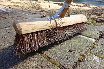 Die Reinigung von Straße und Gehweg -  Eigentum verpflichtet