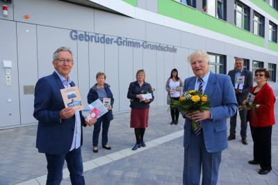 Broschüren zur Hönower Schulgeschichte übergeben