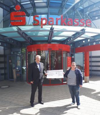 Foto zur Meldung: Sparkasse übergibt Spendenscheck - Auftakt des STADTRADELN-Wettbewerbs am Pfingstsamstag