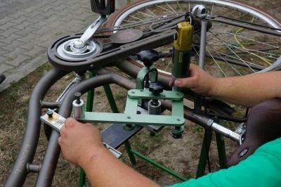 Bei einer Fahrradcodierung wird das eigene Fahrrad mit einem eingravierten Code markiert, der im Falle eines Diebstahls eine problemlose Identifizierung ermöglicht. Vor allem aber schreckt es Diebe ab, da die Räder registriert sind. Foto: Verkehrswacht Cottbus e.V.