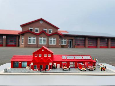 Feuerwehrhaus aus Legosteinen