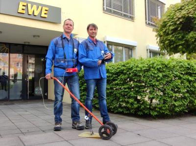 Foto: EWE NETZ Bis Mitte August sind Axel Böhm und Mario Weglowski mit dem Spürgerät unterwegs auf der Ostseeinsel