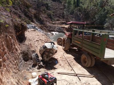 Der Traktor der Baufirma ist unermüdlich im Einsatz um das Baumaterial ins Tal zu bringen.