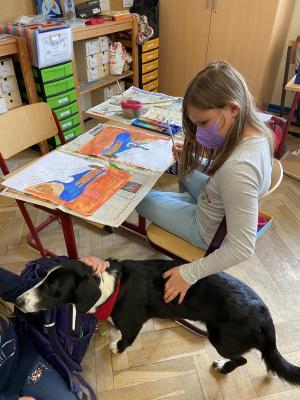 Abby im Kunstunterricht