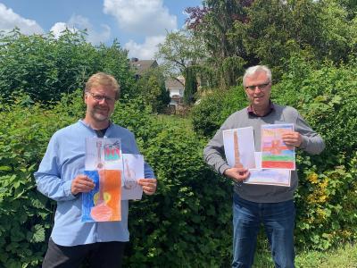 T. Lange-Rettich und W. Ottjes präsentieren die Gewinnerbilder