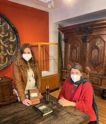 Stadt Perleberg | v.l.n.r.: Buchbinderin Sylvia Juhl und Museumsleiterin Anja Pöpplau mit den restaurierten Bänden