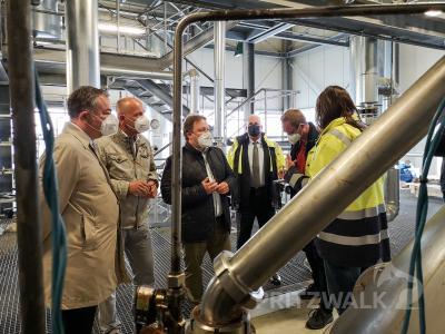 Bürgermeister Dr. Ronald Thiel und der Bundestagsabgeordnete Sebastian Steineke lassen sich die hochtechnisierten Abläufe in der Produktion der Firma gbf erklären.  Foto: Beate Vogel