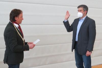 Ben Matthes (rechts) wird von Bgm Bernhard Uhl (links) als neuer Marktrat vereidigt