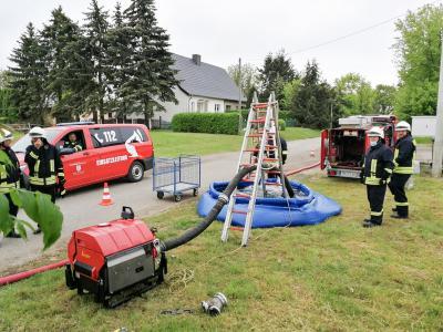 Eine 900 Meter lange Wasserleitung von der Dömnitz bis zum PBK-Gelände legten die Mitglieder von vier Ortsfeuerwehren beim Ausbildungstag in Schönhagen. Foto: Uwe Sellmann