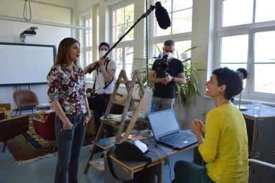 Moderatorin Katty Salié (I) im Gespräch mit Andrea Stenz, die seit 2020 in Wittenberge wohnt und hier gerne im Coworking-Space arbeitet I Foto: Martin Ferch