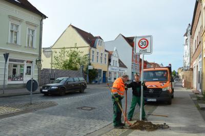 Norman Pieth (r) und Peter Perske beim Aufstellen eines Tempo 30-Schildes im Eingangsbereich der verlängerten Bahnstraße I Foto: Martin Ferch