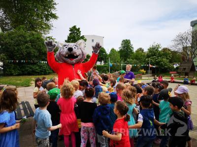 Gruppenkuscheln: Willy Wolf gratulierte hier den Kindern. Foto: Beate Vogel