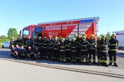 Die Kameraden der Ortsfeuerwehr Dahlwitz-Hoppegarten mit Bürgermeister Sven Siebert und dem Hilfeleistungslöschgruppenfahrzeug 20