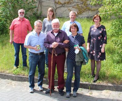 Konrad Müller (Mitte) mit den neuen Wanderwarten Klaus-Peter Lenz und Jutta Scherling sowie Harry Grunert, Annika Burmeister, Uwe Brücker und Eveline Vogel bei der Verabschiedung. Foto: wa