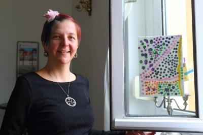 """Christina Grundke mit einem Werk der Ausstellung """"Kleinkunst"""""""