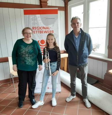 Lilly Verhülsdonk nach ihrem Wertungsspiel mit Begleiterin Elena Zuchtmann und Trompetenlehrer Heiko Wiegandt. Foto: Sandra Verhülsdonk
