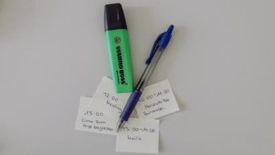 Post It mit Terminen und Textmarker