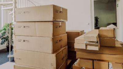 Ein großer Stapel an Kartons