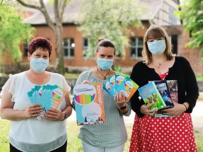 Stadt Perleebrg   Bibliotheksmitarbeiterinnen präsentieren die Beteiligung am Brandenburger Lesesommer