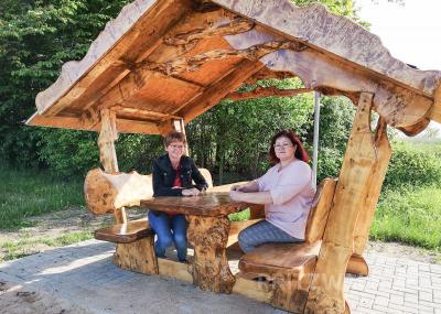 Iris Lippert (r.) und Helga Bonacker nehmen in der neuen überdachten Sitzgruppe am Spiel- und Sportplatz in Alt Krüssow Platz. Foto: Beate Vogel