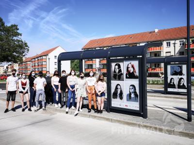 Die großformatigen Collagen aus den IKONEN der Gymnasiasten können in den Bushaltestellen am Bahnhof betrachten werden. Foto: Beate Vogel