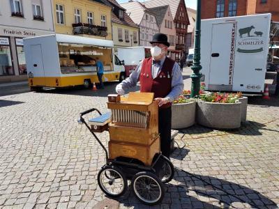 Stadt Perleberg | Altmärker Drehorgelspieler Dieter Hasenkrug mit seinem traditionellen Leierkasten bespielt musikalisch den Wochenmarkt