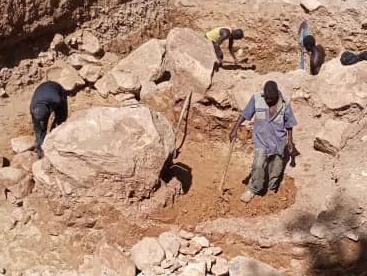 Harte Handarbeit beim Ausschachten der Fundamentgrube