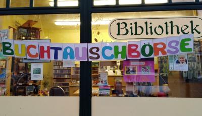 Krimi gegen Kochbuch - Buchtauschbörse vor der Stadtbibliothek