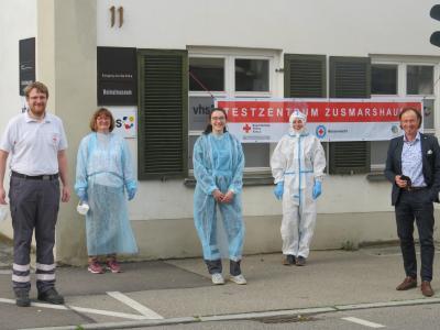 Bürgermeister Bernhard Uhl (rechts) mit Bereitschafts-Leiter Jakob Stadler (links) und einigen ehrenamtlichen Helferinnen und Helfern während ihres Einsatzes bei der Teststation in Zusmarshausen.