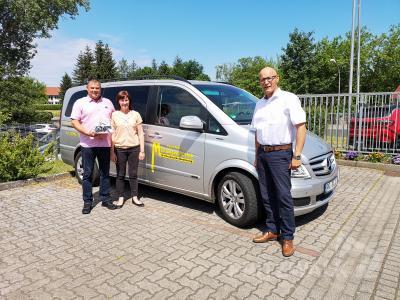Bürgermeister Dr. Ronald Thiel wünscht Pierre und Bianka Arndt alles Gute zum zehnjährigen Bestehen ihrer Firma. Foto: Beate Vogel